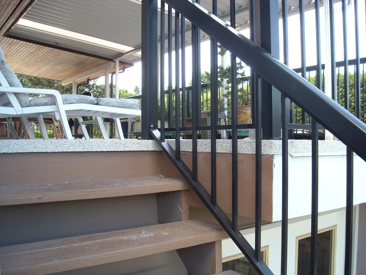 aluminum deck railing on waterproof deck