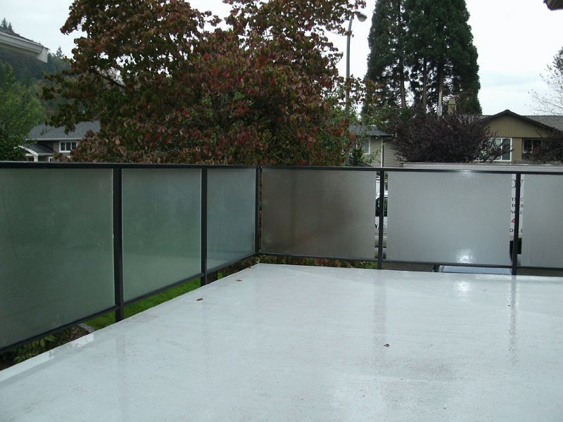 Aluminum deck railing with glass panels on Vancouver area outdoor area